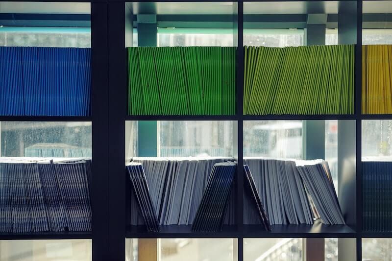 carpetas de colores en estantería