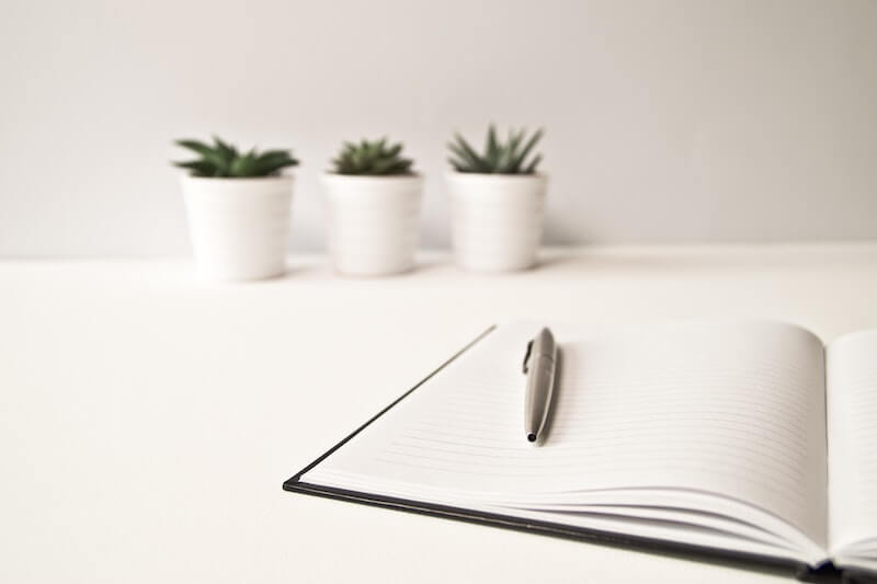 libreta y bolígrafo 3 plantas al fondo