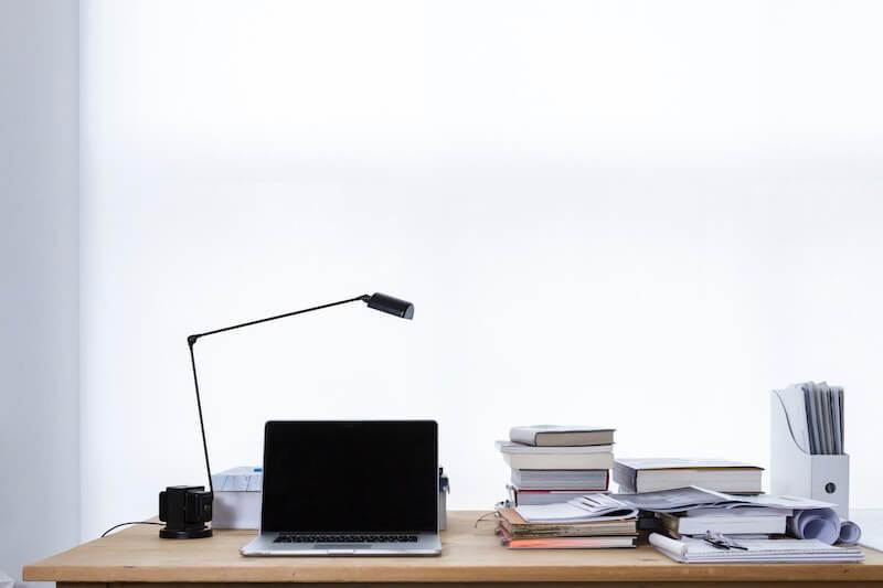 mesa despacho ordenador y papeles