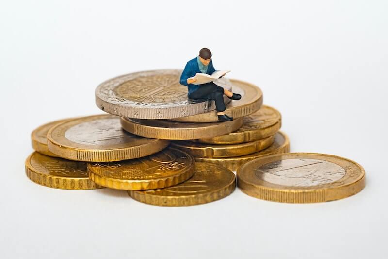 monedas mini hombre leyendo