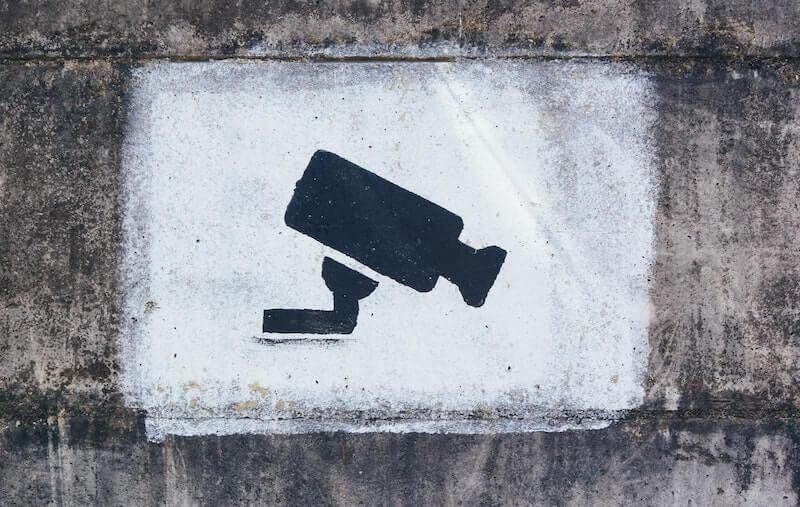 dibujo cámara seguridad en muro