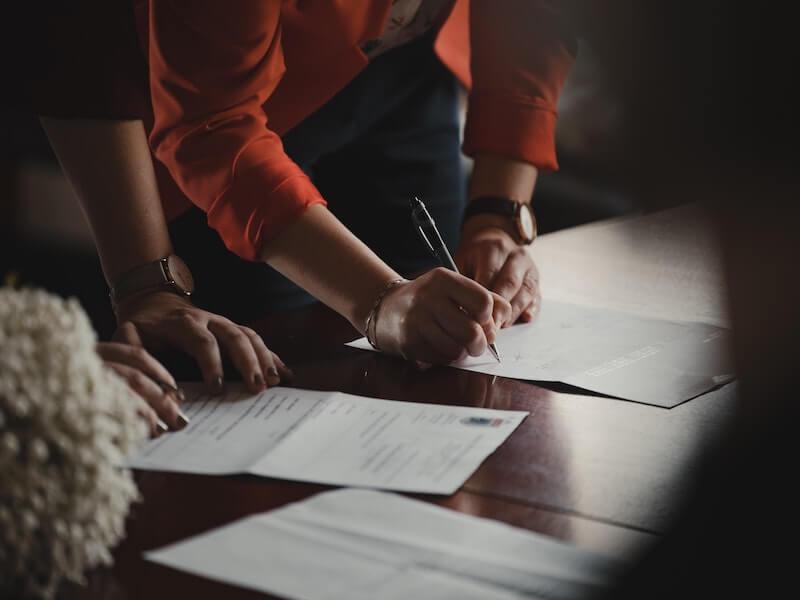 firmando contratos