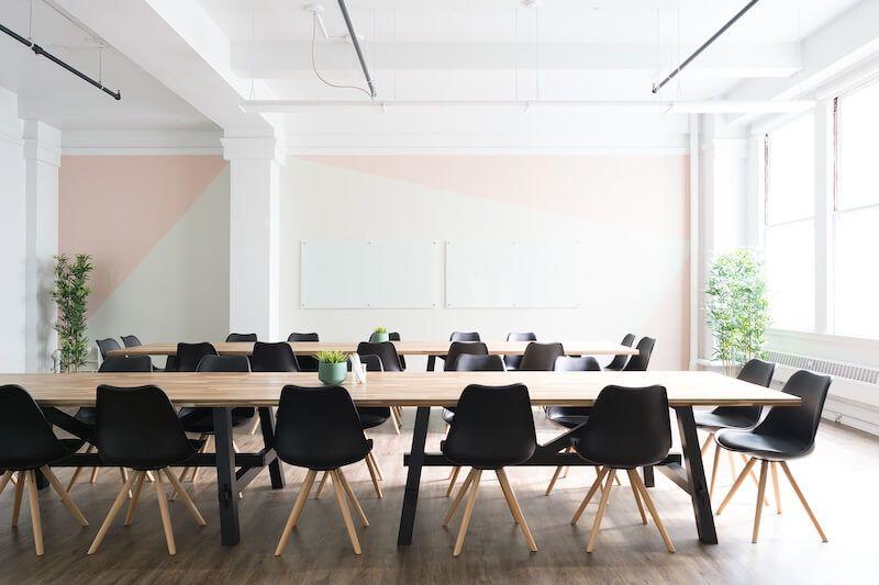 mesa de reuniones sillas negras