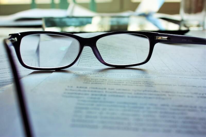 gafas sobre papeles