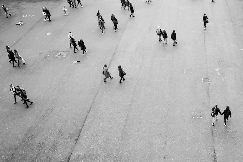 personas andando por la calle