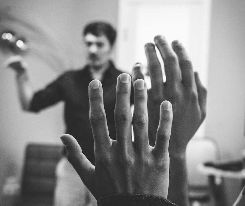 manos levantadas para preguntar