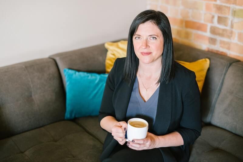 mujer en sofa con taza de café