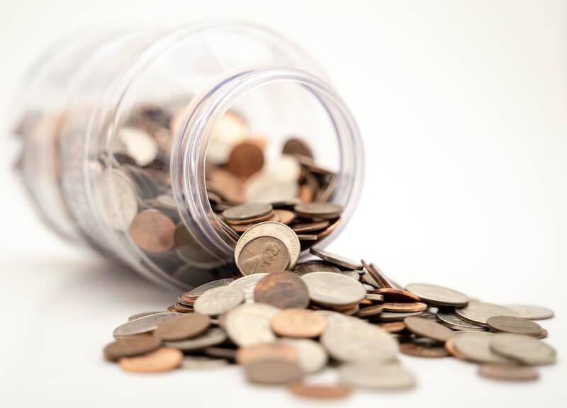 bote cristal volcado con monedas