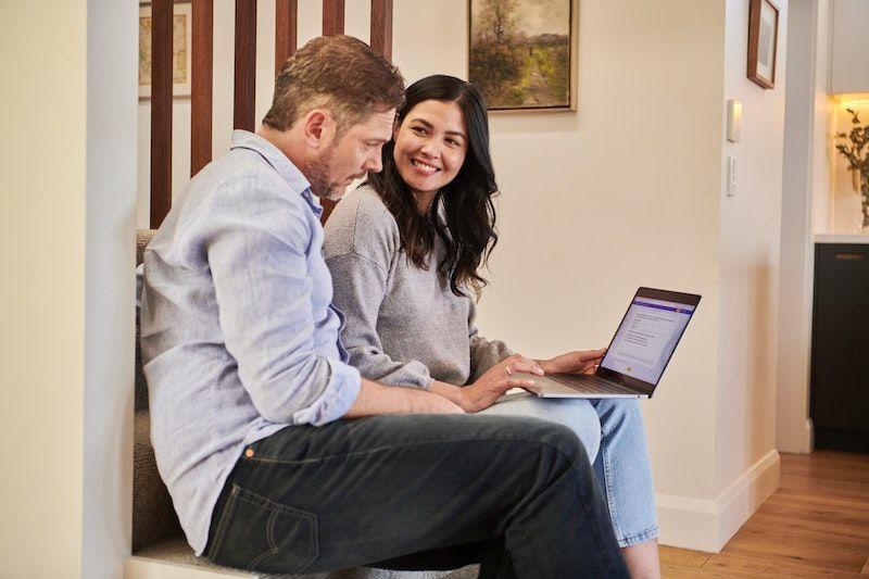 pareja con laptop