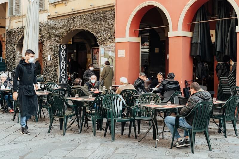 terraza de bar camarero y mesas